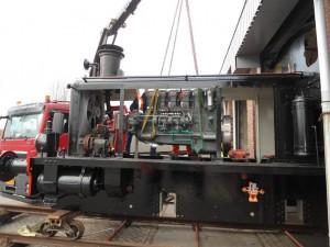 NS 162 Gardner dieselmotor wordt geplaatst