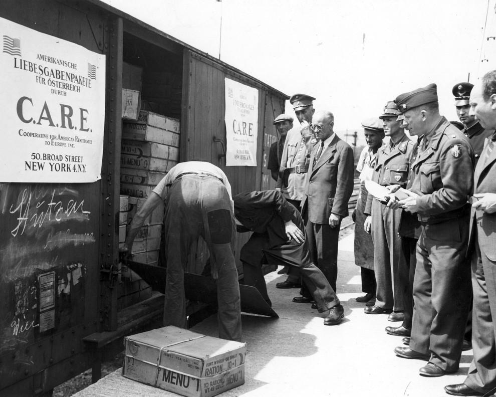 Amerikanen leveren voedselpakketten af vanuit Amerikaanse goederenwagens